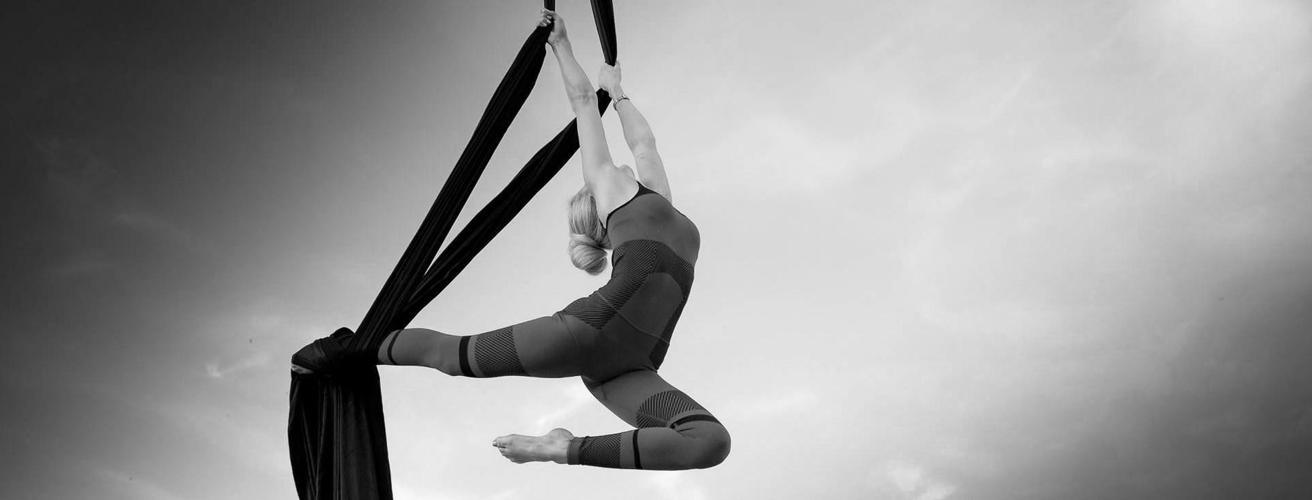 Фото - Повітряна гімнастика на полотнах